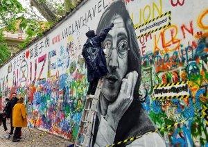 Стрит-арт художники Илья Ис и Артем Бурж нарисовали на стене Леннона в Праге его портрет. Творческий дуэт известен в России под названием HoodGraff. Авторы решили изобразить великого музыканта по собственной инициативе. Стена Леннона является полотном для уличного творчества, где любой желающий может оставить надпись или рисунок.