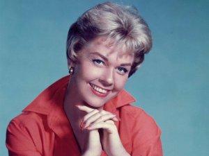 Пол Маккартни выразил соболезнования в связи со смертью актрисы и певицы Дорис Дэй, скончавшейся в понедельник, 13 мая, в возрасте 97 лет. Причиной смерти стали осложнения после пневмонии. Об этом сообщает  KTIC Radio .  Дэй - одна из знаковых певиц золотого века Голливуда, лауреат двух премий «Оскар» (за песни Secret Love из фильма «Джейн Катастрофа» в 1953-м и Whatever Will Be, Will Be (Que Sera, Sera) из хичкоковского «Человека, который слишком много знал» в 1955-м. Ее карьера началась в 1940-х годах, но после оглушительного успеха в 1950-х, с началом эры рок-н-ролла популярность Дэй закатилась — чтобы с новой силой разгореться в 1990-х. Ее предпоследний альбом The Love Album был записан в 1967-м, но выпущен только в 1994-м. Последний альбом My Heart (2011) стал девятым в британском музыкальном чарте. В 2008-м Дорис получила «Грэмми» за достижения, а от почетного «Оскара» отказалась, потому что не могла приехать на церемонию из-за аэрофобии.  Сэр Пол был дружен с Дэй и являлся поклонником ее актерского и музыкального мастерства — имя звезды звучит в песне Битлз Dig it. Она упоминается в песнях и других артистов, в том числе у Билли Джоэла и группы Wham.