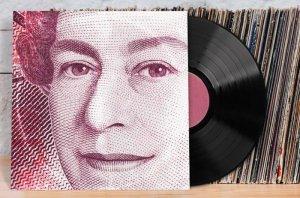 Портал Discogs любит статистику и недавно опубликовал в своем блоге списки самых дорогих пластинок, купленных в Великобритании, США и Италии. Для британского списка Discogs взял продажи с 2005 года и для удобства перевел фунты в доллары, используя курс валют на момент покупки. С итальянскими продажами было сделано то же самое, только в доллары перевели евро.