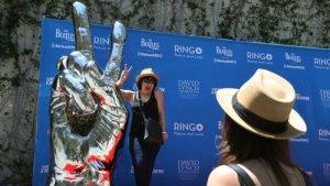 Беверли-Хиллз все-таки принял в дар скульптуру Peace and Love от Ринго Старра, сообщает  Los Angeles Times .  Когда музыкант решил переехать в этот город, то захотел выразить благодарность новому месту жительства довольно экстравагантным способом — подарить 360-килограммовую металлическую руку. В 2017 году власти вежливо отказались.  Комиссия по изящным искусствам (ныне расформированная) единогласно проголосовала против скульптуры.  «Они сказали — прости, сэр Ринго, спасибо за предложение, но ты не художник, а эта работа не искусство», — заявил скульптор Джереми Моррелли, который помогал Старру.  По его словам, комиссия дала такое определение искусству, по которому отказ получили бы даже Винсент Ван Гог или Пабло Пикассо.  Теперь город изменил свое решение. Скульптуру установят на бульваре Санта-Моника. Церемония открытия запланирована на осень.  «Мы хотим быть городом любви и мира», — сказал мэр Джон Мириш членам комиссии по вопросам искусства и культуры.  Представитель мэрии, со своей стороны, уточнил, что у предыдущей комиссии были слишком узкие критерии в отношении так называемого паблик-арта.  Как ожидается, сэр Ринго приедет на открытие.