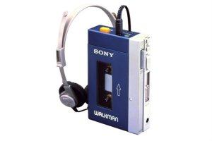 Портативный кассетный плеер Sony Walkman отмечает 40-летие. Первая модель была представлена 1 июля 1979 года, напоминает  Euronews .  Перед разработчиками поставили задачу создать устройство, которое позволило бы слушать музыку всегда и везде и не мешать при этом окружающим. Так и появился Walkman, завоевавший весь мир.  Считается, что именно он изменил подход к прослушиванию музыки и открыл дорогу CD-плеерам, различным форматам хранения музыкальных файлов, стриминговым сервисам.  Sony перестала выпускать кассетные плееры в 2010 году, но бренд Walkman по-прежнему существует. Теперь его используют для цифровых проигрывателей нового поколения.  Если учитывать все модели, то по всему миру продано более 220 млн плееров Walkman, передают  RelaxNews .