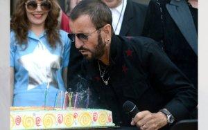 Ринго Старр в беседе с изданием Parade  рассказал  об акции Peace & Love, которую проводят по всему миру в день его рождения – 7 июля.  «У меня брали интервью в Нью-Йорке, когда был тур All-Starr, и кто-то спросил, чего я хочу на свой день рождения. Ни с того, ни с сего я сказал: «Пусть все повсюду в полдень 7 июля скажут «Мира и любви». Так что вскоре мы начали это в Чикаго – в Hard Rock [Cafe]. Они сделали для всех маленькие пирожные. Было около 100 человек. Интересно, что тем же вечером пирожные появились на eBay за $300. «Да, мы любим тебя, Ринго, но позволь нам продать пирожные!» - сообщил Старр.  Рассказал сэр Ринго и о своей любви к медитации: «Она позволяет мне отдохнуть от самого себя. В какие-то дни есть абсолютное умиротворение, чувство, что я где-то в другом месте, и я знаю это только потому, что возвращаюсь обратно. Мне очень важно «не думать». Я достаточно думаю. Вы можете просто «быть». Это трансцендентное чувство. Поэтому это называется трансцендентная медитация».  Кроме того, Старр поведал о своем отношении к грядущему юбилею: «Мне будет 80! Не могу скрыть свой день рождения. Не могу сказать, что я родился в 1956 году. Все точно знают, когда я родился и сколько мне лет. Я больше этого не стыжусь. Когда я был подростком, то думал, что всех в возрасте 60 лет нужно застрелить, потому что они бесполезны. А когда мне исполнилось 40, моя мать заявила: «Думаю, тебе больше так не кажется, сын». Мне совсем не нравилось быть 40-летним! Но потом ты просто с этим миришься. На самом деле, это чудо, что я до сих пор здесь».  По словам сэра Ринго, его нынешний образ жизни такой: «Я просыпаюсь утром и медитирую. Иду в спортзал. У меня есть тренер. Сам я тоже занимаюсь, когда в туре. Я вегетарианец. Когда мы на гастролях, то иду в местный магазин органических продуктов, просто чтобы посмотреть, что у них есть. Но я только вегетарианец, не веган. Я ем козий сыр. Быть веганом очень тяжело, и они едят много сахара. Я очень осторожно отношусь к сахару».  Старр поведал и
