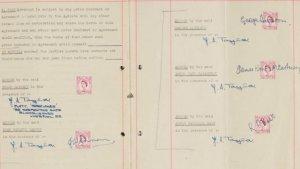 Первый контракт Битлз и Брайана Эпстайна продан на аукционе за £275 тыс., сообщает  «Би-би-си» .  Документ был подписан 24 января 1962 года. Соглашение с Эпстайном заключили Джон Леннон, Пол Маккартни, Джордж Харрисон и Пит Бест.  Продажей раритета занимался аукционный дом Sotheby's. Контракт продавали ради сбора средств для Ernest Hecht Charitable Foundation.