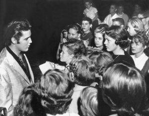 «Дело в том, что Пресли был если не самым первым, то одним из первых, – говорит Артемий Троицкий. – Среди пионеров рок-музыки он отличался, во-первых, прекрасными вокальными данными, то есть, если бы он прошел соответствующую школу, то вполне мог бы стать даже оперным певцом. Кстати, некоторые песни оперного репертуара, например, «Вернись в Сорренто», он исполнял, правда, на английском языке. Во-вторых, он прекрасно выглядел: такой знойный красавчик брюнет. В-третьих, он замечательно двигался. За эти весьма волнующие, такие искусительные движения в консервативной Америке его даже запрещали показывать по телевидению ниже пояса».