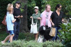 Папарацци сфотографировали Пола Маккартни на прогулке с сыном Джеймсом и дочерью Мэри, сообщает  Daily Mail .  Снимки сделаны в парке в нью-йоркском Хэмптонсе.  Как напоминает газета, у музыканта есть особняк в Амагансетт, расположенный недалеко от пляжного дома Стеллы Маккартни. Среди других соседей — актриса Гвинет Пэлтроу.