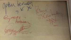 На торги выставлены автографы битлов, в течение нескольких десятилетий хранившиеся в шкафу. Об этом сообщает  «Би-би-си» .  Джон Леннон, Пол Маккартни, Джордж Харрисон и Ринго Старр расписались на листке бумаги 19 января 1963 года, когда у них был небольшой концерт в Уитчерче.  Автографы взяла 16-летняя девушка, которая пришла одна, поскольку знала других исполнителей, принимавших участие в шоу.  «Там было очень мало людей, царила довольно расслабленная атмосфера, и у нас получилось поболтать с Битлз и попросить у них автографы», — рассказала зрительница, которой сейчас 72 года. Она попросила не раскрывать ее имя.  По ее словам, листок убрали в шкаф ради сохранности. В итоге он пролежал там много лет.  Как ожидается, стоимость лота на торгах Hansons Auctioneers составит до £3 тыс. Аукцион состоится в октябре.