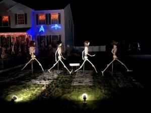 Хеллоуинская версия обложки альбома Abbey Road стала хитом интернета, сообщает  WNYT .  Авторы праздничной инсталляции — Джефф и Эллен Питкин из американского Гилдерленда.  Фотография «скелетов» на импровизированном перекрестке была опубликована в Facebook и собрала тысячи «лайков», комментариев и репостов.
