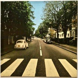 Компания Volkswagen выпустила видоизмененную обложку Abbey Road в честь 50-летия пластинки, сообщает  Beatles Blogger .  Это неслучайно, поскольку на оригинальной версии можно увидеть автомобиль VW Beetle. На новом варианте нет битлов, зато есть правильно припаркованная машина. Обложка получила название The Beetle's Abbey Road – Reparked Edition.  Volkswagen выпустил свою версию для продвижения системы Park Assist, установленной на ряде новых моделей и призванной помочь водителям при парковке.  LP-конверт был доступен для заказа только на  VW Sweden . Все вырученные средства передадут в Bris — организацию, которая занимается защитой прав детей. На данный момент тираж распродан, но возможно, в какой-то момент станет доступна третья партия.  Файл для самостоятельной распечатки CD-версии можно найти  здесь .