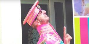 Ринго Старр заявил, что розовый костюм из Sgt. Peppers Lonely Hearts Club Band ему по-прежнему впору.  Такое признание музыкант сделал во время  беседы с Extra TV . Он показывал свои фотографии, сделанные в разное время, и в какой-то момент речь зашла о Sgt Pepper.  Сэр Ринго также поведал о своем эмоциональном отношении к песне Grow Old With Me и о своей любви к Барбаре Бах.