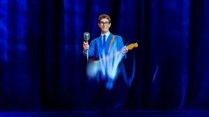 Старые музыканты никогда не умирают. Они просто становятся голограммами, пишет Марк Бинелли в статье для  The New York Times .  Компании планируют отправить в тур множество ушедших идолов и вернуть таким образом жизнь концертной индустрии, самые прибыльные участники которой в скором времени начнут умирать один за другим.  В качестве одного из примеров Бинелли приводит гастроли Ронни Джеймса Дио от Eyellusion. Его посмертный тур Dio Returns вызвал неоднозначную реакцию у фанатов. По словам Марка, голограмма казалась более яркой, чем живые люди на сцене, но вместе с тем была более иллюзорной, напоминала призрака, пытавшегося полноценно материализоваться.  Как отметил Бинелли, одной из ключевых задач для авторов голограммы стал выбор возраста — с одной стороны, им, конечно, хотелось сделать виртуального Дио времен его расцвета, но тогда было бы странно видеть его на сцене среди состарившихся коллег. С другой, 77-летний Дио (а именно столько исполнилось бы музыканту на момент гастролей) — не самый идеальный вариант для фронтмена из хеви-метала. В итоге был выбран «бодрый» Дио средних лет.  Eyellusion — лишь одна компания из тех, кто пытается заработать на новой, гибридной категории в индустрии развлечений. Это и концерт, и технологический спектакль. В центре внимания — голографическая загробная жизнь умерших звезд. В число проектов Eyellusion входил и посмертный тур Фрэнка Заппы (под контролем его сына Ахмета). Одно из шоу состоялось в Capitol Theater (Порт Честер, Нью-Йорк).  Владелец площадки, 47-летний концертный промоутер Питер Шапиро заявил, что представление получилось более близким к выступлению самого Заппы, чем у какой-нибудь кавер-группы. «Посмотрите, кто умер, всего за последние пару лет — Боуи, Принс, Петти. Теперь посмотрите, кто еще жив, но кого, возможно, через 10 лет здесь уже не будет, по крайней мере, в том, что касается гастролей — The Stones, The Who, The Eagles, Aerosmith, Билли Джоэл, Элтон Джон, Маккартни, Спрингстин. Это основа не просто классиче