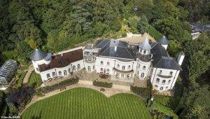 Выставлен на продажу особняк, где в 1960-х годах жили Джон Леннон и Ринго Старр. Об этом сообщает  Daily Mail .  Дом находится на территории Вейбриджа в графстве Суррей. Приобрести объект можно за £11 млн.  Особняк во многом вдохновлен георгианским стилем. Как заявляют риелторы из Savills, это «идеальный сказочный дом» с панорамными видами.