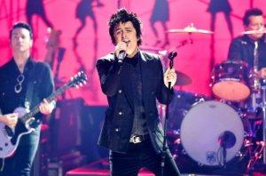 Билли Джо Армстронг из группы Green Day исполнил заглавную песню из фильма That Thing You Do, сообщает  Rolling Stone .  Таким образом он почтил память автора композиции Адама Шлезингера, который скончался 1 апреля в возрасте 52 лет. У него был коронавирус.  Во время пандемии Армстронг запустил проект No Fun Mondays, в рамках которого он также спел Manic Monday группы The Bangles.