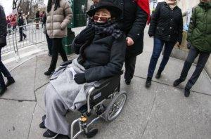 Газета  New York Post  рассказала о здоровье Йоко Оно.  По словам источника, она редко покидает дом, и ей требуется круглосуточное наблюдение.  «Она определенно сбавила обороты, как и любой в ее возрасте», — говорит, в свою очередь, близкий друг семьи Эллиот Минтц. Вместе с тем, он отметил, что Йоко крута, как и раньше.  Минтц также сообщил, что лучший друг художницы — Шон: «Они ужинают два-три раза в неделю. Время от времени он приводит маму как приглашенную звезду его группы». За празднование дня рождения художницы также отвечает сын.  Подробностей о здоровье Оно Эллиот не сообщил. Однако Минтц считает, что «за эти 87 лет она прожила 400».