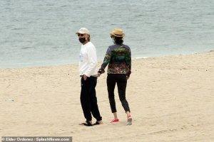 Папарацци сфотографировали Пола Маккартни и Нэнси Шевелл на пляже в Хэмптонс. Снимки можно увидеть на сайте  Daily Mail .  Супруги прогуливались по берегу. Оба были в масках.