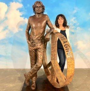 Скульптор Лора Лиан предложила устроить для своей статуи Джона Леннона «тур» по графству Мерсисайд, сообщает  The Guardian . Акция может быть приурочена к 80-летию со дня рождения музыканта.  Лиан начала создавать статую два года назад. Высота бронзовой скульптуры — около 183 см. Готовая работа в основном находилась в Hard Rock Cafe в Лондоне. В настоящее время ее можно увидеть в Castle Foundry в Ливерпуле.  По словам Лоры, она всегда хотела, чтобы статуя была постоянно выставлена именно в Мерсисайде, и в какой-то момент рассматривался вариант недалеко от Strawberry Fields. Теперь предложено разместить скульптуру в Сефтоне. Как пояснила Лиан, каждый год один из районов Мерсисайда назначают центром культуры, и в этот раз настала очередь Сефтона.  Лора также хочет, чтобы статую выставляли во всех районах Мерсисайда в течение двух лет.