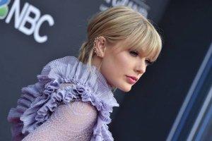 Одна из самых популярных певиц минувшего десятилетия Taylor Swift в ночь с четверга на пятницу неожиданно, без какой-либо рекламы, выпустила свой новый альбом «folklore».