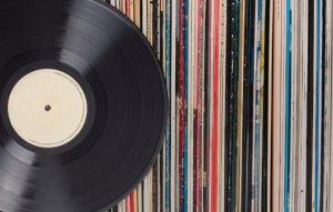 В первой половине 2020 года продажи винила в США опередили продажи CD впервые с 1980-х, сообщает  NME  со ссылкой на данные Американской ассоциации звукозаписывающих компаний.  Общий объем так называемых физических продаж за отчетный период составил $376 млн, из которых $232 млн принесли именно виниловые записи.  Цифровые продажи оцениваются в $351 млн.