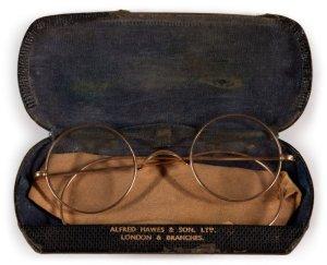 На торги аукционного дома Sotheby's выставлены очки Джона Леннона и другие битловские артефакты, сообщает  NME .  Как ожидается, очки могут уйти за сумму от £30 тыс. до £40 тыс.  Еще один лот — список наказаний Джона в Quarry Bank Grammar School (22 наказания менее чем за восемь недель). Оценочная стоимость — от £3 тыс. до £5 тыс.  Среди других раритетов — пластинки с автографами битлов, записная книжка Брайана Эпстайна, афиши.  Аукцион проходит с 23 сентября до 1 октября на  сайте  Sotheby's.