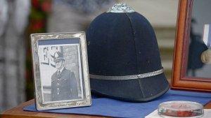 Полицейский шлем, который Джон Леннон надевал в Бирмингеме в 1963 году, оценили в сумму от £5 тыс. до £8 тыс. в программе Antiques Roadshow. Об этом сообщает  Daily Mail .  Раритет на передачу принесла одна из гостей. Ее отец — Айвор Гордон Расселл — был в числе полицейских, которые сопровождали Битлз на концерт в Birmingham Hippodrome.  По словам женщины, сотрудники правоохранительных органов должны были провести музыкантов через толпу кричащих девушек, и стражи порядка не совсем понимали, как собираются это сделать. Сержанту пришла идея надеть на битлов шлемы, сделать так, чтобы они выглядели как полицейские.  «Джон Леннон надел шлем моего отца», — добавила гостья программы. Ее отец скончался в начале 2020 года.