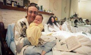 Газета The New York Times  опубликовала  статью, посвященную Джону Леннону. Автор материала — Барбара Граустарк. Она вновь изучила свои архивные беседы с музыкантом, чтобы понять, как долгий период изоляции и самоанализа привели к его прорыву как сольного артиста и как человека. Тема перекликается с событиями 2020 года, когда люди проводили время в вынужденном локдауне из-за пандемии коронавируса.  «Может ли быть что-то хорошее в долгих, стрессовых периодах изоляции, которые пришлось пережить такому множеству человек во время пандемического локдауна 2020 года? Когда мы выйдем, увидим ли мы мир по-новому? Может ли быть что-то светлое в этих месяцах тихой жизни и самоанализа? Четыре десятилетия назад я из первых рук узнала, как продолжительный период уединения изменил экстраординарную личность, которая нацелилась на то, чтобы в его жизни был смысл: это Джон Леннон, которого оплакивают во вторник, в 40-ю годовщину гибели», - говорится в статье.  Разумеется, в конце 1975 года не было никакой пандемии. Джон Леннон и Йоко Оно, самые публичные личности, сделали перерыв, продлившийся в итоге пять лет. После рождения сына Шона они перестали давать интервью и записывать музыку. В тот момент Джон испытывал экзистенциальную тревогу и настоящий страх — он жил в Нью-Йорке, по-прежнему пытаясь получить грин-карту и борясь против депортации. Битлз давно перестали создавать песни, но на разрешение юридических вопросов требовались годы, и тень группы по-прежнему была в жизни Леннона. Пол Маккартни завоевывал чарты с Wings, а у Джона по-прежнему не было альбома номер один после Walls and Bridges (1974).  Настало время начать все сначала. Впоследствии Леннон рассказывал Барбаре, что в музыкальном плане его голова была полна помех, как автомобильный радиоприемник. В итоге в начале 1976 года Джон и Йоко ушли в добровольный локдаун. Леннон не был ограничен в передвижении, финансам ничего не угрожало, но он закрылся от внешнего мира, чтобы снова найти цель.  В те годы, пока Оно занималась 
