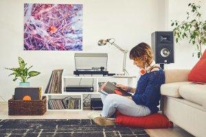 Чтобы вернулись великие песни, нужно вернуть виниловые вертушки в каждый дом. Если отвечать на вопрос заголовка кратко, то вот: причины есть технические и психологические. И одно вытекает из другого.