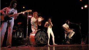 50 лет назад, 1 марта 1971 года, к трем начинающим лондонским рок-музыкантам Фредди Меркьюри, Брайану Мэю и Роджеру Тейлору присоединился четвертый - Джон Дикон. И хотя троица уже и до присоединения Дикона успела обрести прославившее ее имя, именно эта дата, когда окончательно оформился классический состав Queen, считается днем основания одной из самых ярких и популярных групп в истории рок-музыки.