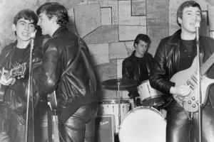 Первый барабанщик The Beatles Пит Бест был уволен и заменен Ринго Старром, но Джон Леннон чувствовал, что он и группа были трусами, заставив Брайана Эпштейна уволить его.