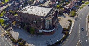 В Ливерпуле спасли от разрушения кинотеатр, который посещали Джон Леннон и Джордж Харрисон, сообщает  NME .  Abbey Cinema, упоминаемый в личных записях битлов и в оригинальном тексте In My Life, был открыт в 1930 году. Автором проекта был архитектор и руководитель ливерпульского городского совета Альфред Эрнест Шеннан.  Кинотеатр закрыли в 1979-м. Здание использовали в качестве зала для игры в бинго, бильярдного клуба, а также супермаркета. Недавно сеть Lidl предложила снести строение, чтобы возвести новый магазин. Однако Save Britain's Heritage запустили кампанию, благодаря которой бывшему кинотеатру присвоили статус памятника архитектуры II степени.  В Historic England выразили надежду, что теперь для здания будет придумано новое назначение.