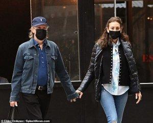 Папарацци сфотографировали Пола Маккартни и Нэнси Шевелл во время прогулки по Нью-Йорку. Снимки опубликовала, как это обычно бывает,  Daily Mail .  По данным газеты, сэр Пол и Нэнси направлялись на обед. Издание, по традиции, высоко оценивает внешний вид и стиль супругов.