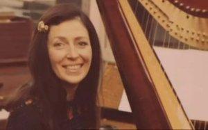 Скончалась Шейла Бромберг, исполнившая партию арфы в песне She's Leaving Home, сообщает  Telegraph . Ей было 92 года.  Бромберг — первая женщина-инструменталист, принимавшая участие в какой-либо из записей Битлз.  Когда Шейле предложили приехать в Abbey Road Studios, чтобы присоединиться к «спонтанному» струнному оркестру с 21:00 до 00:00 за £9, она не знала, с кем будет поработать. Затем выяснилось, что это битлы. К полуночи музыканты записали шесть дублей.  Как вспоминала Бромберг, несмотря на варианты, для окончательной версии песни использовался первый.  Шейла вела концертную деятельность, выступала на телевидении, участвовала в студийных сессиях. Она работала со Спайком Миллиганом и Фрэнком Синатрой. Ее можно услышать на саундтреках к фильмам Dr No (1962) и Goldfinger (1964).